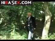 Парень трахнул свою девушку в лесу